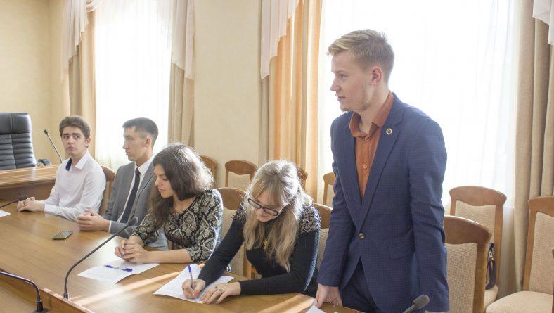 Студенты приняли участие в первом заседании дискуссионного  клуба «Точка зрения»